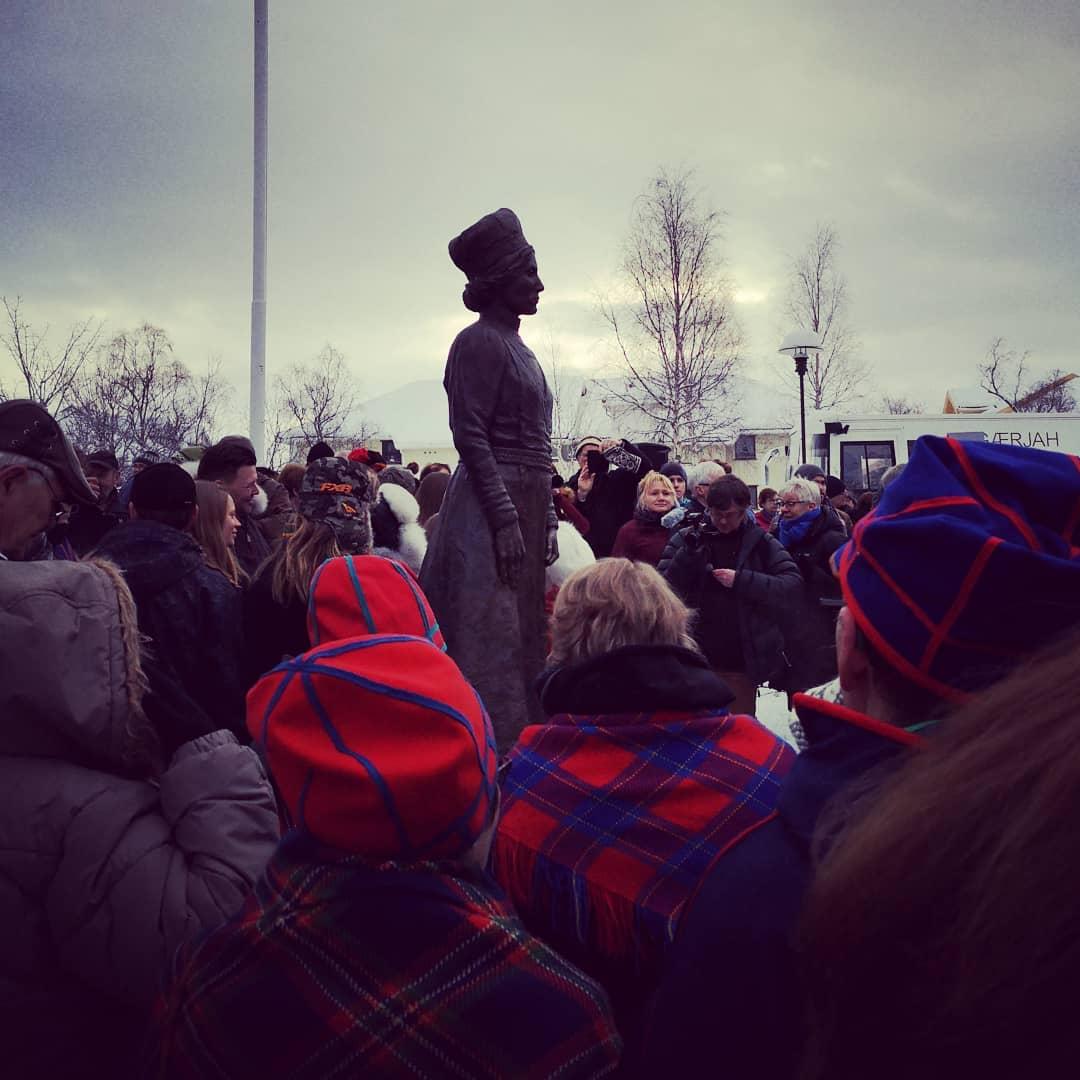 Statuen av Elsa Laula Renberg i Mosjøen etter avdukningen. Omkranset av folk.