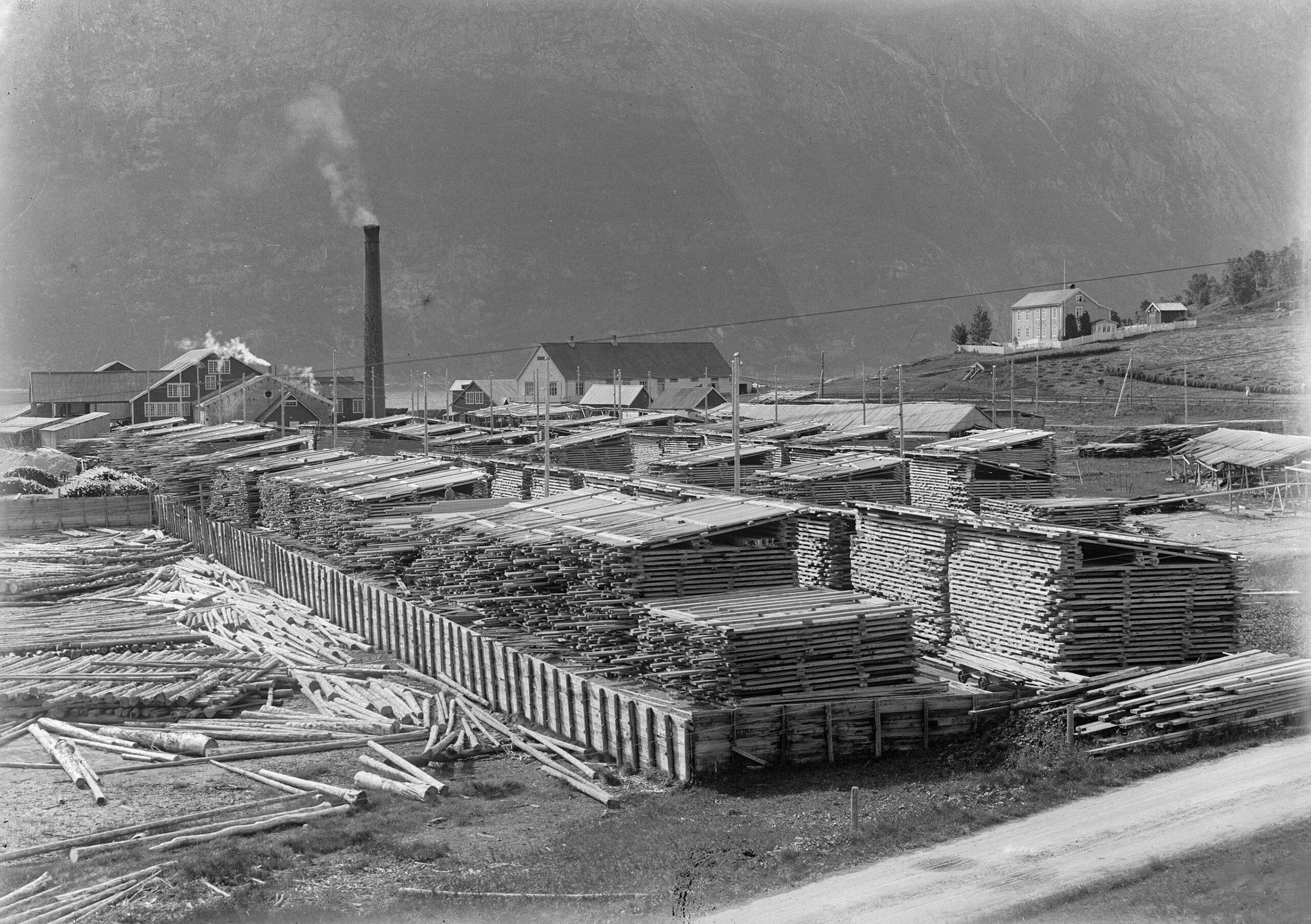 Sagbruket Nesbruket på Halsøy med plankestabler