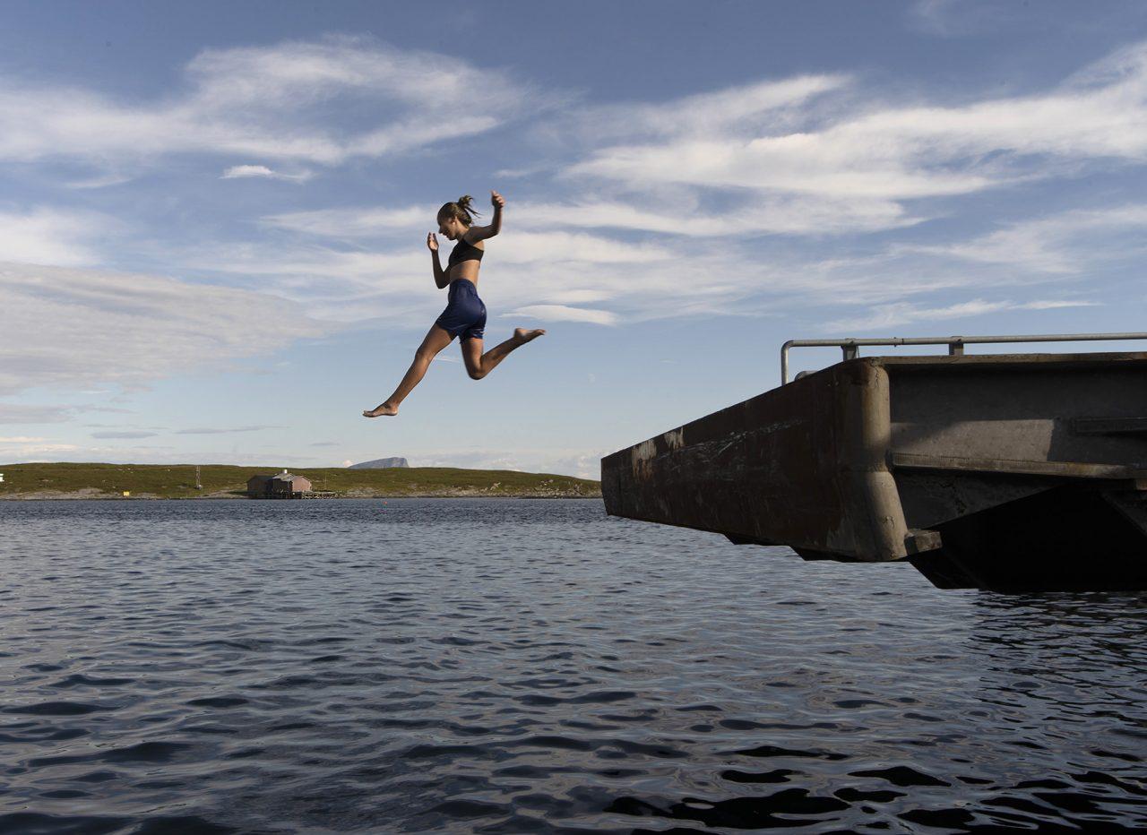 Træna. Bade på fergekaia Husøy
