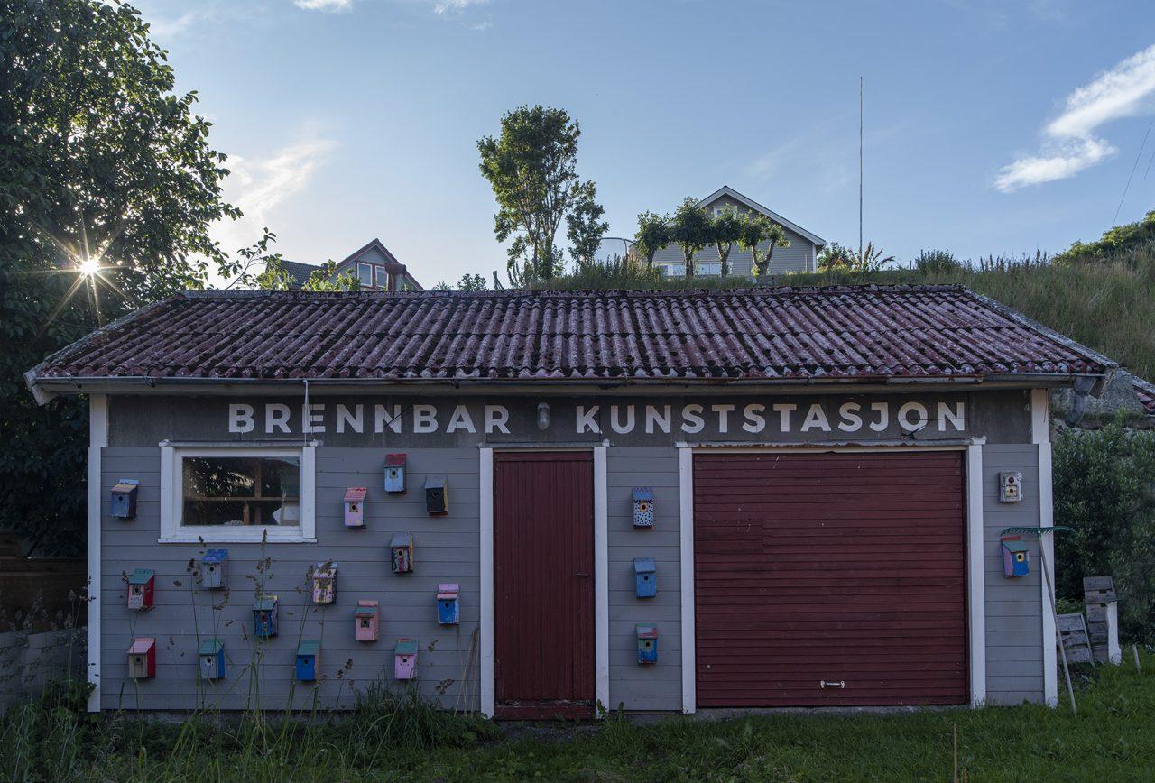 Træna. Brennbar kunststasjon