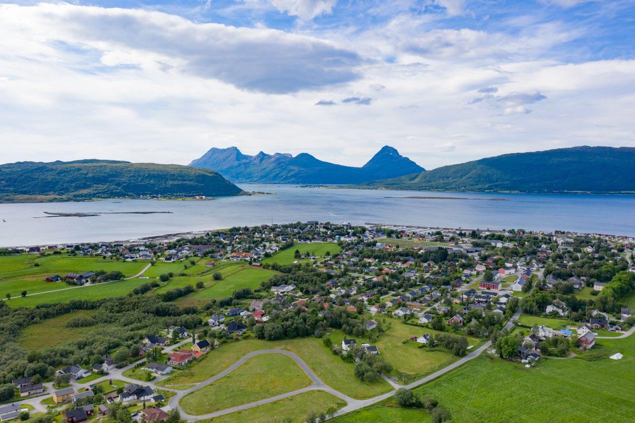 Nesna. Oversiktsbilde. De tre øyene Hugla, Tomma og Handnesøya er bebodd