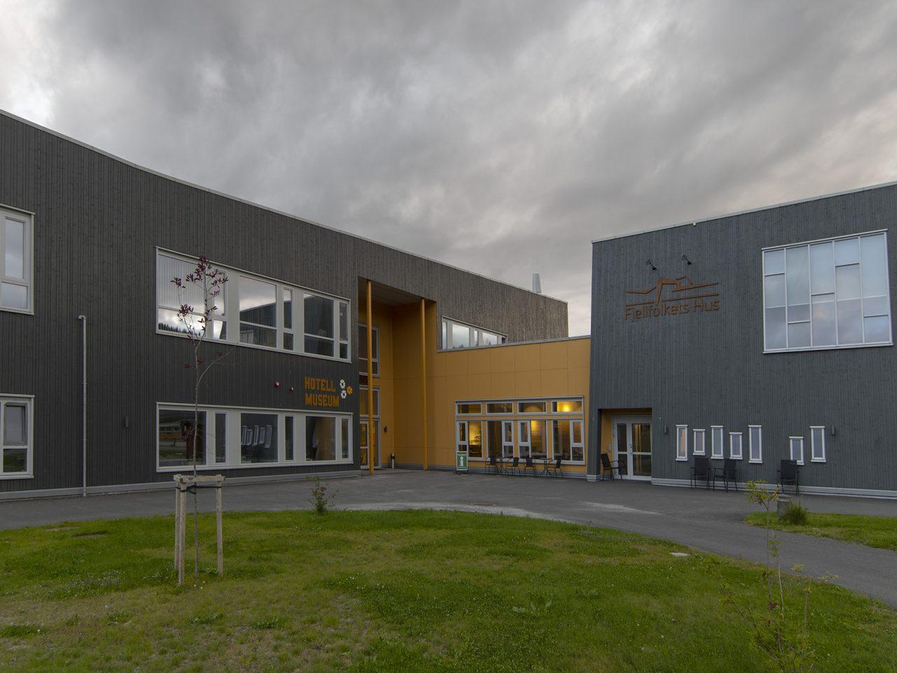 Hattfjelldal. Fjellfolketshus mot sentrum