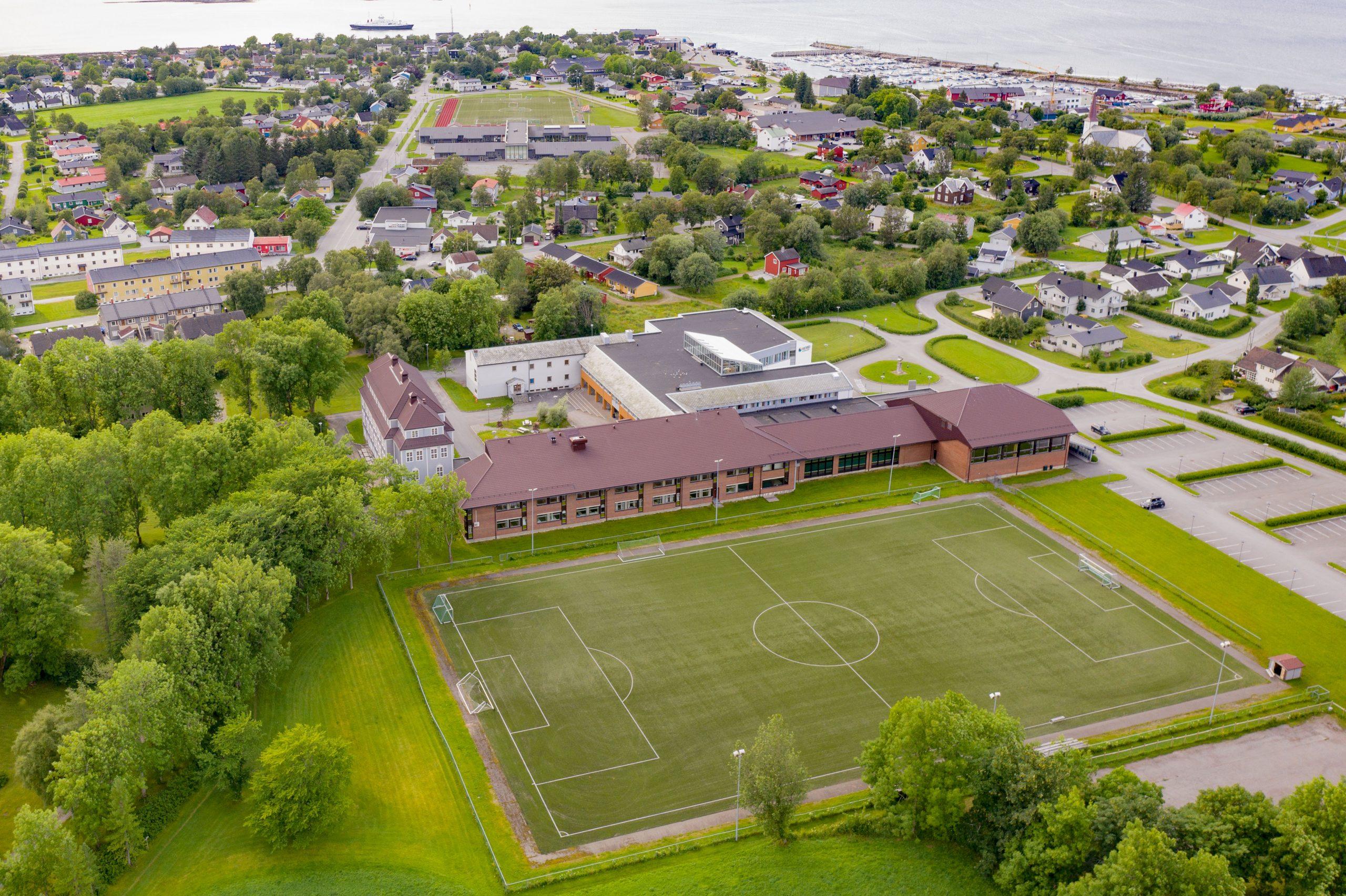 Nesna. Oversiktsbilde. Høgskolekomplekset med bygninger fra 1920, 1960, 1980 og 2000-tallet
