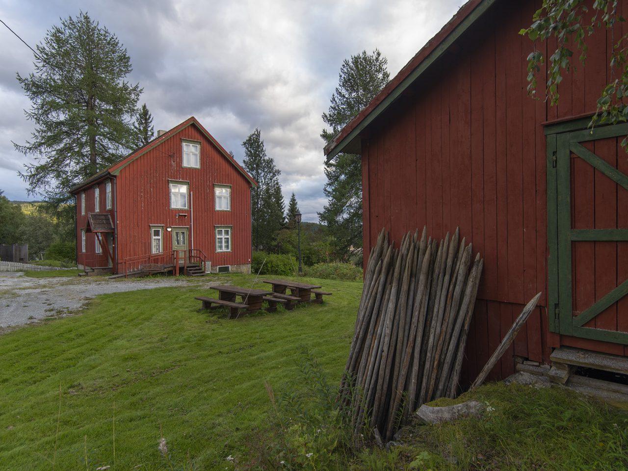 Hattfjelldal. Lensmannsgården med fjøs