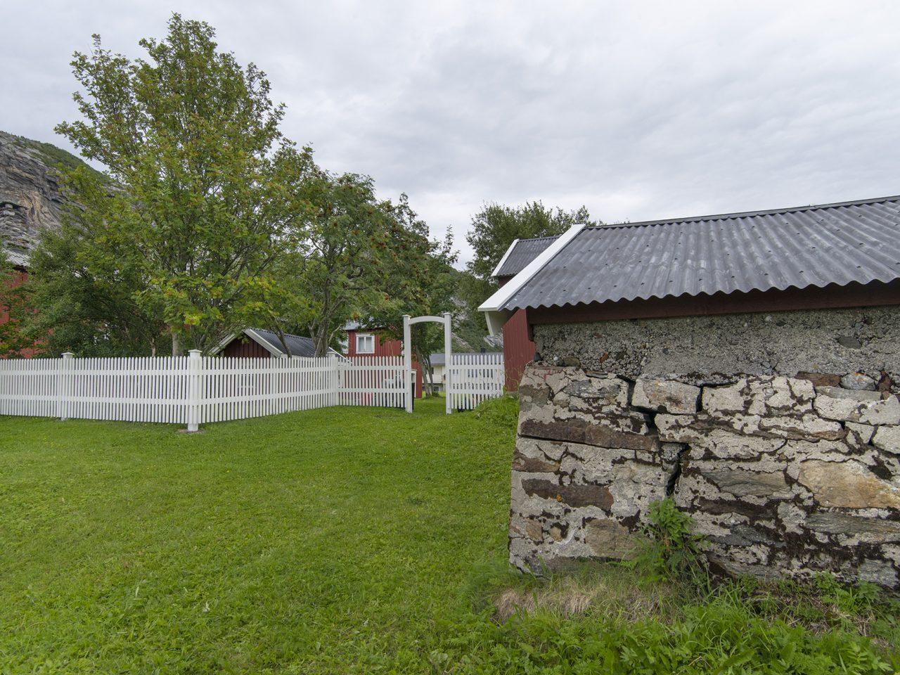 Nordvika utvendig med gjerde og portal sett fra vest