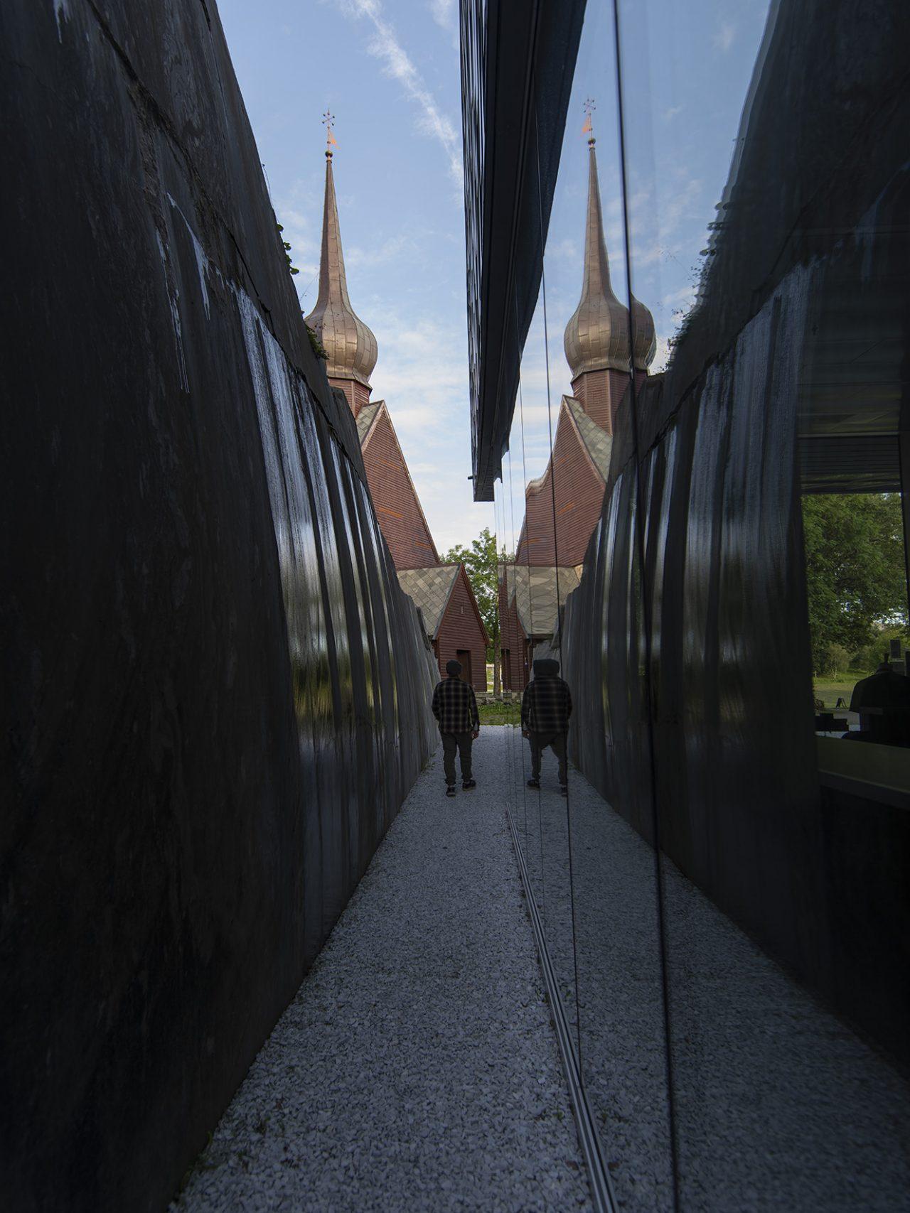 Alstahaug kirke speiler seg i Petter Dass-museet