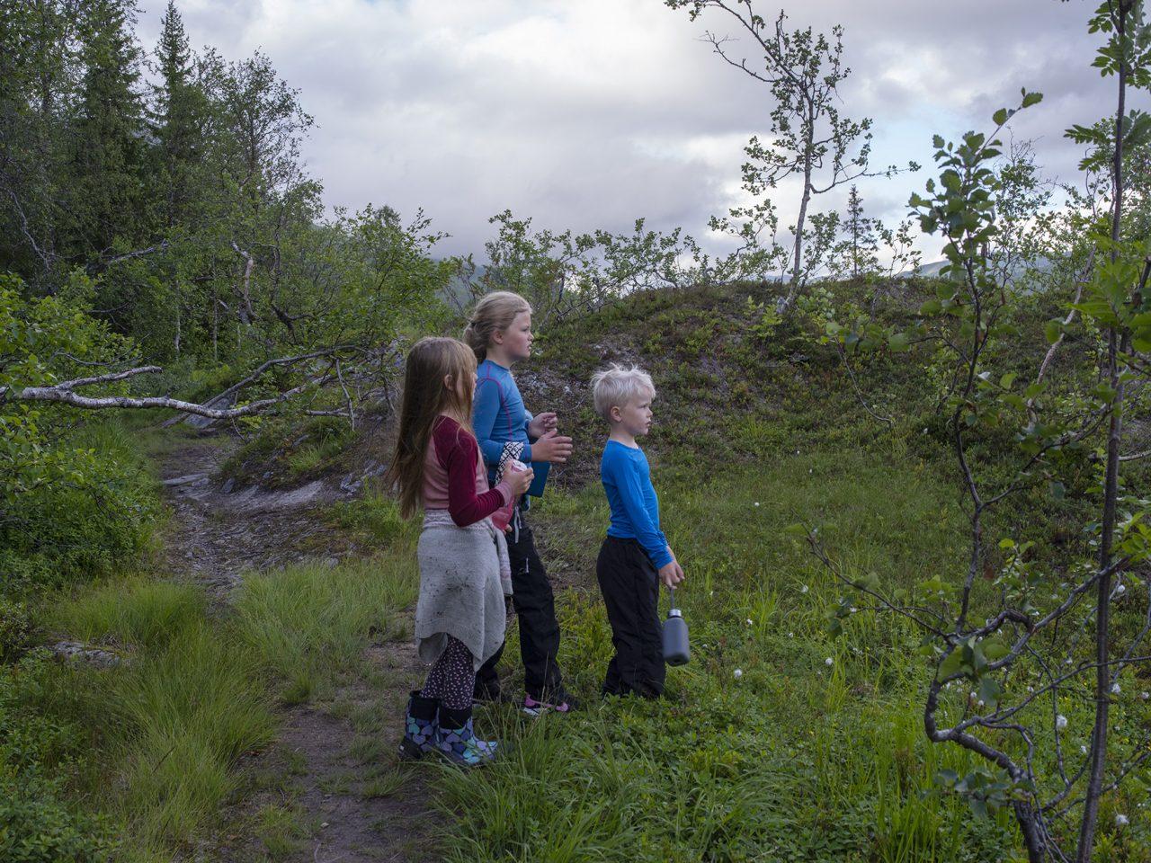 Barn på sti til Bredek fjellgård
