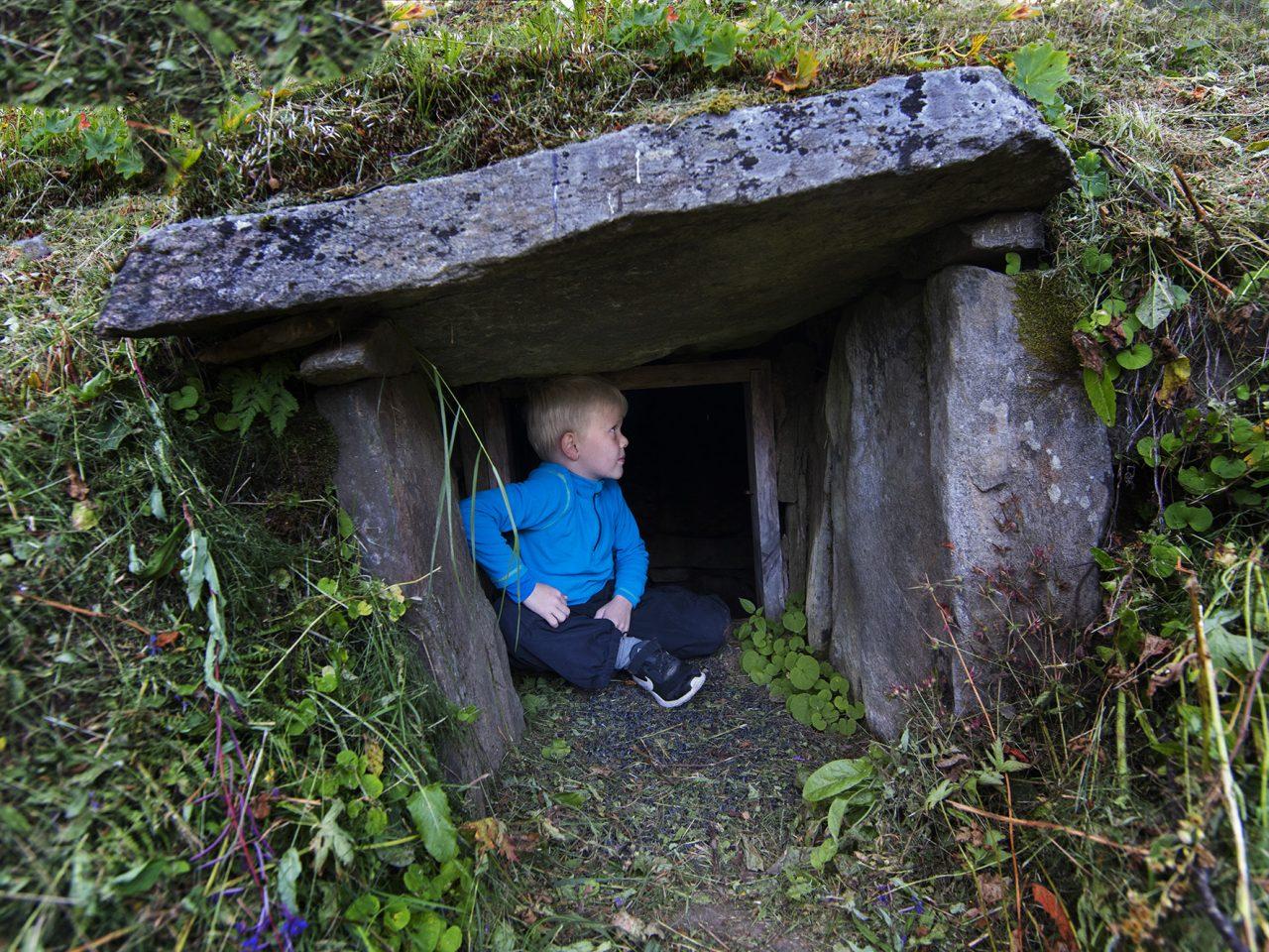 En gutt i jordkjelleren på Bredek