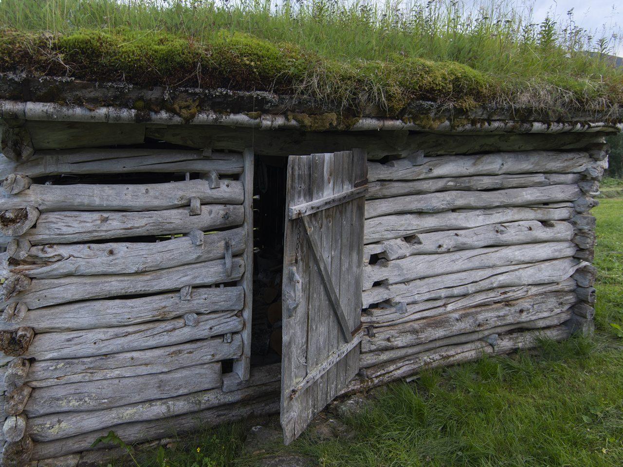 Åpen dør på vedskøtet på Bredek fjellgård