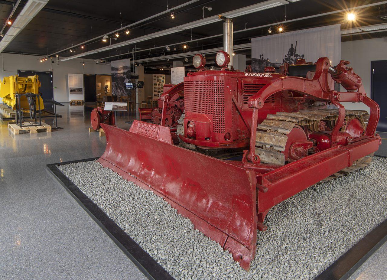 Bulldoser i utstillingen om anleggshistorie på Rana museum
