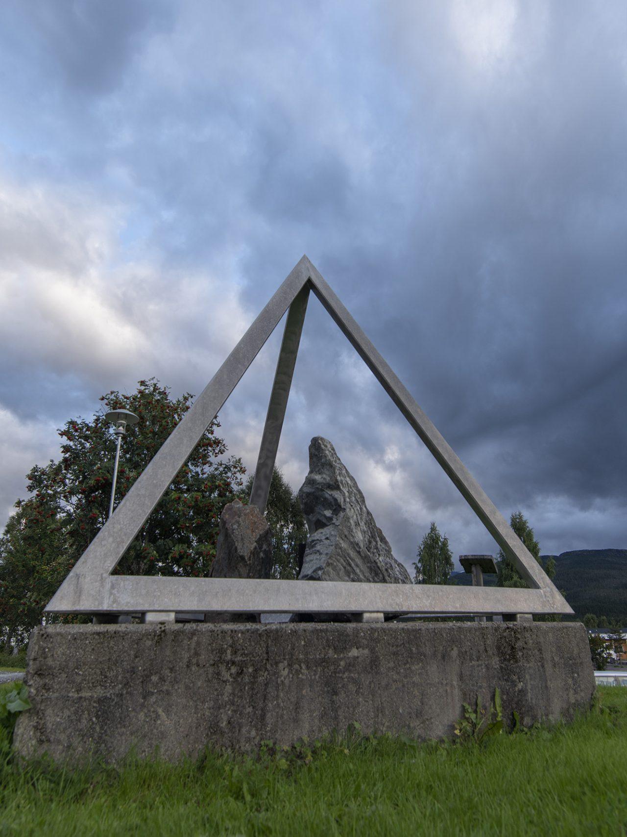 Skulpturen Alveborg i Hattfjelldal Sentrum
