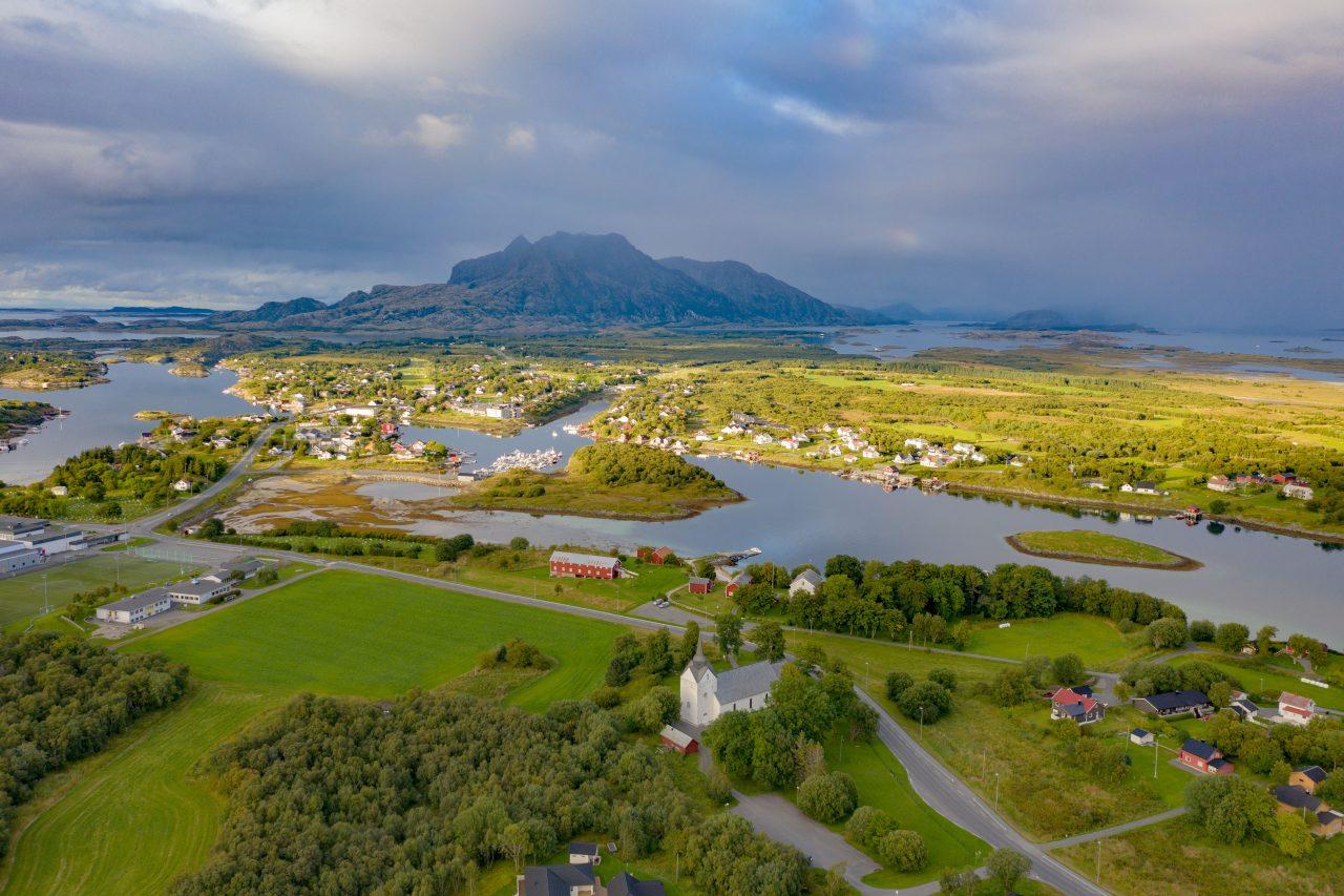Herøy kirke, Herøy bygdesamling og omgivelsene rundt