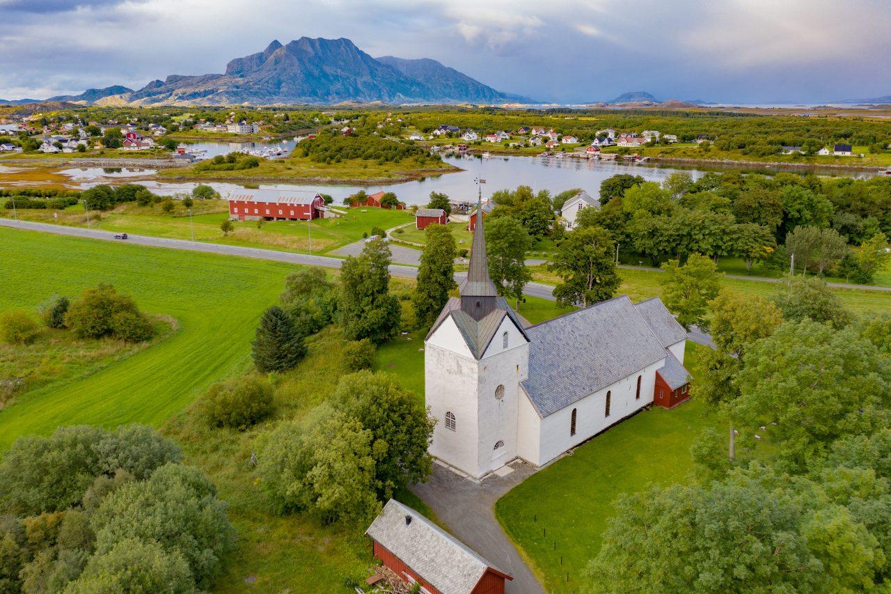 Herøy kirke med Herøy bygdesamling i bakgrunnen