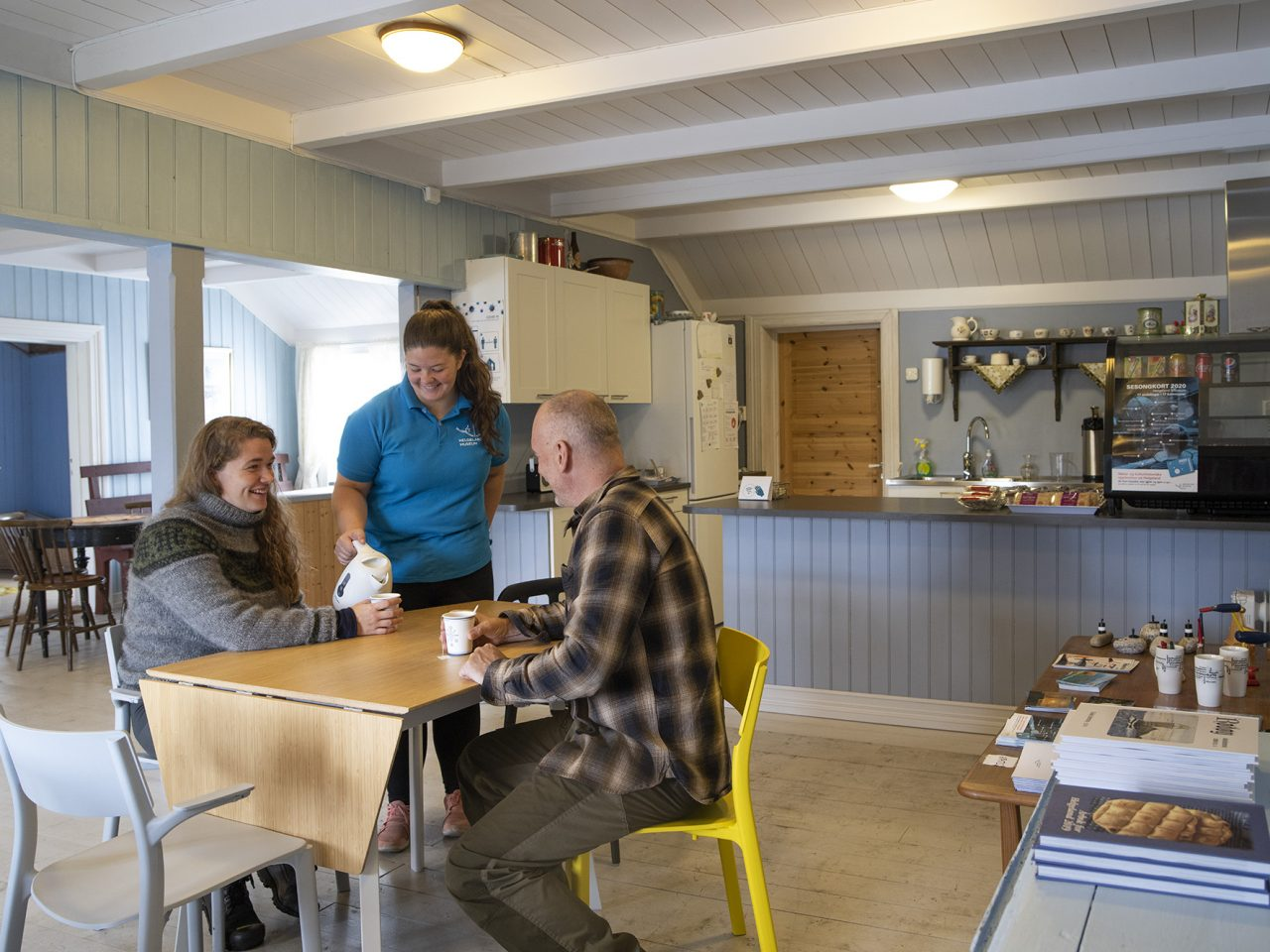 Gjester i kafeen på Falch gamle handelssted, Rødøy
