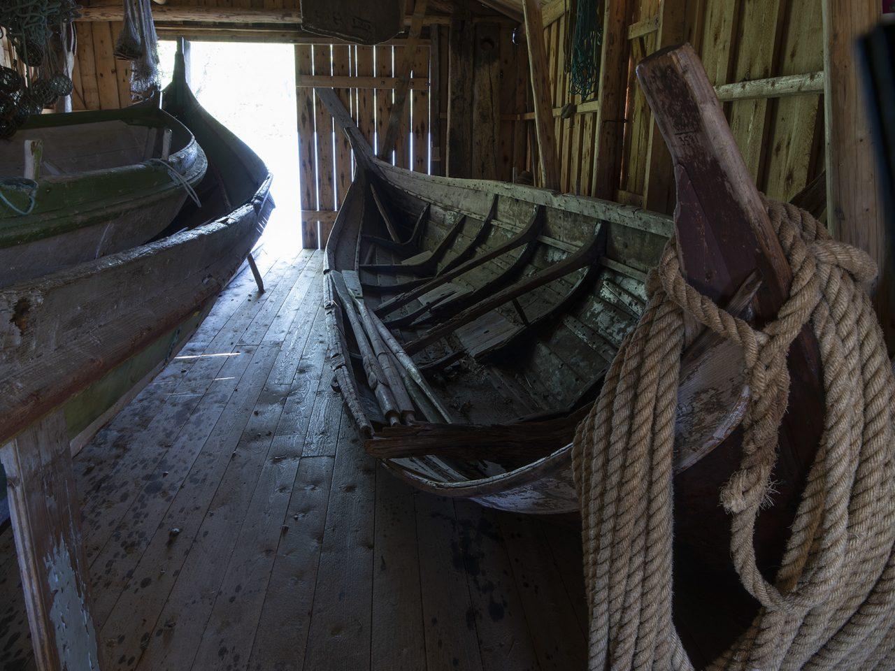 Storbåtnaust med båt på Strøm Minnetun