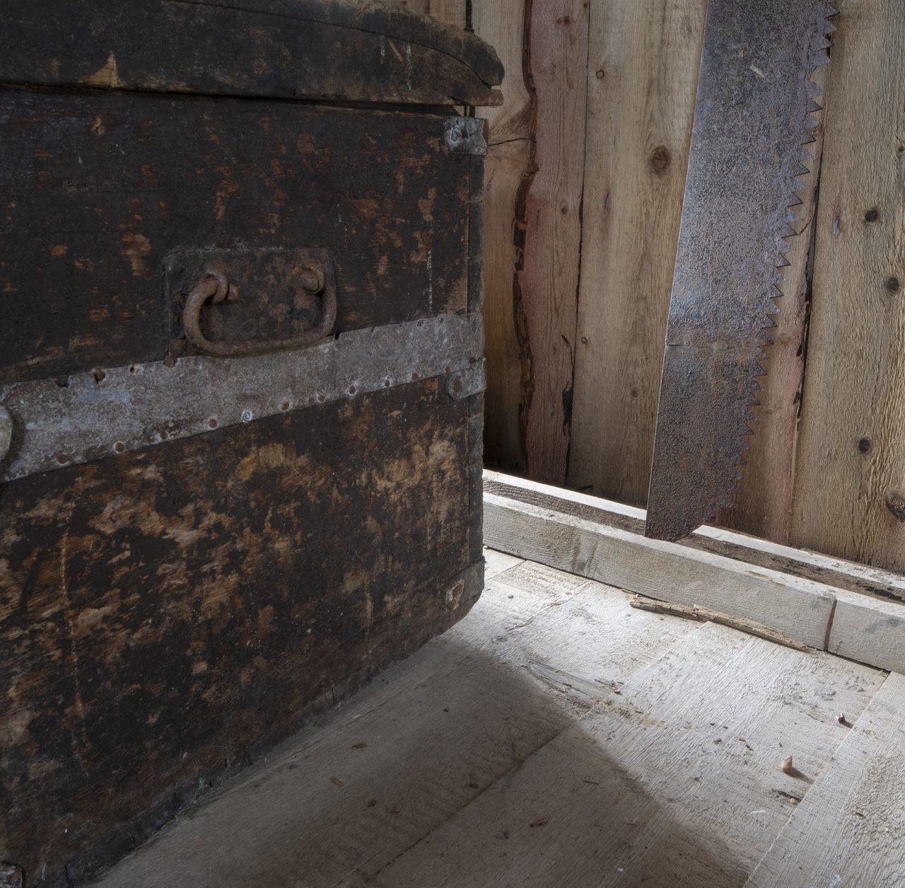 Detalj på kiste i utstilling, Falch gamle handelssted, Rødøy