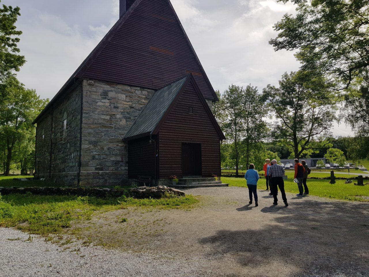 Mennesker utenfor Alstahaug kirke