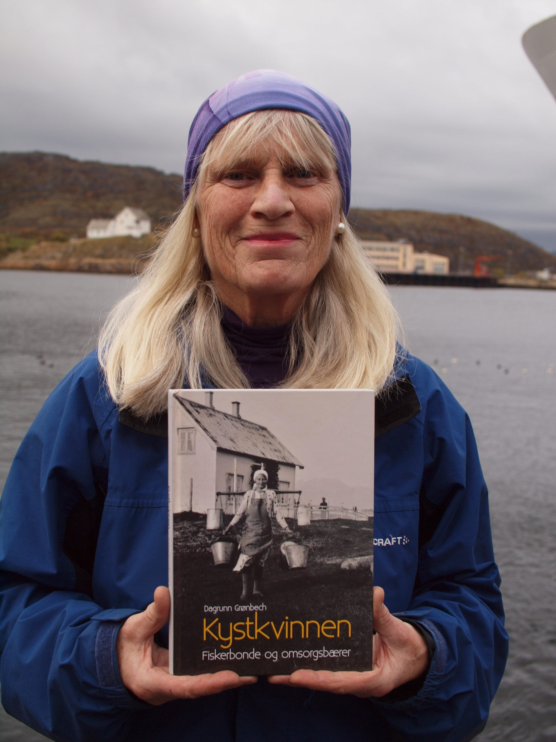 """Dagrunn Grønbech med sin bok """"Kystkvinnen"""""""