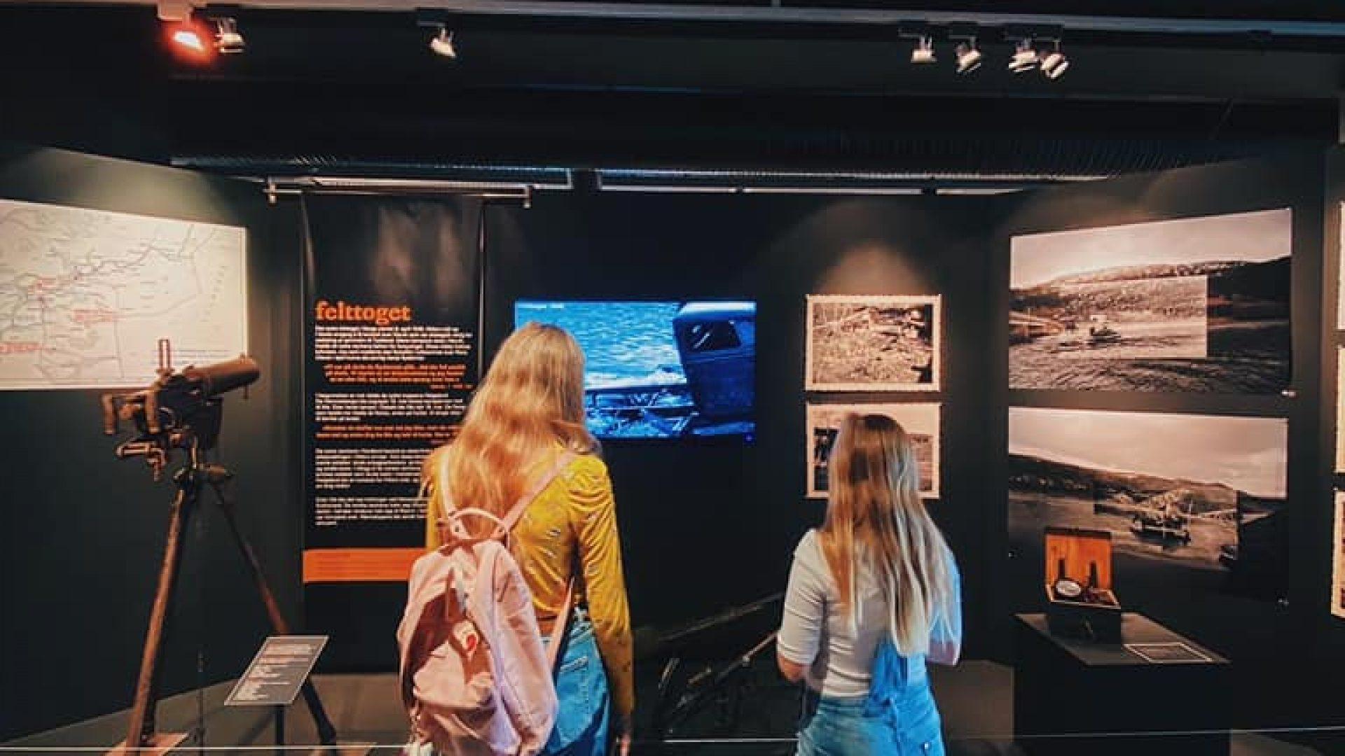 """Publikum i utstillingen """"Rana Okkupert"""" på Rana museum"""
