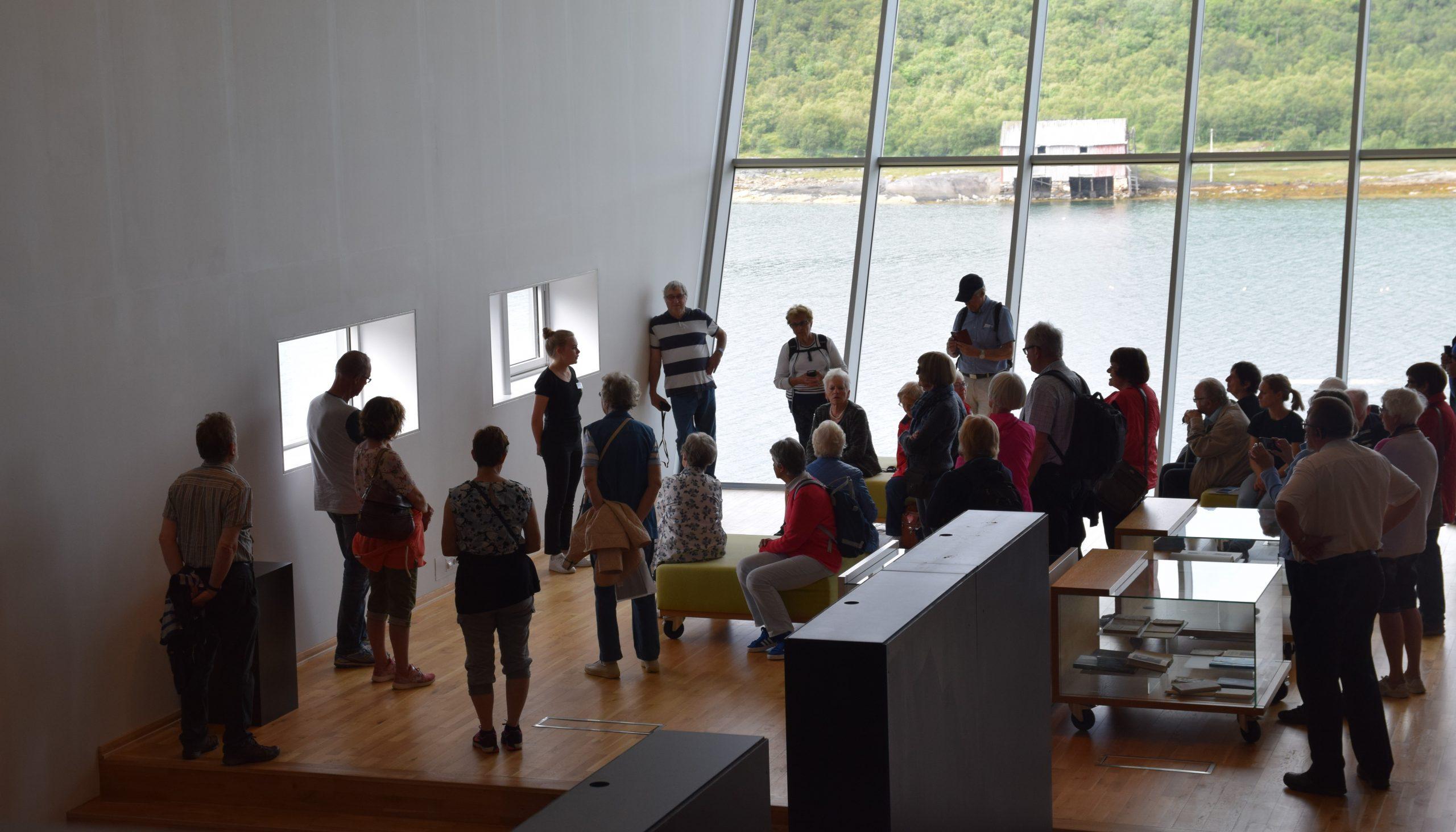 Omvisning inne på Petter Dass-museet på Alstahaug.