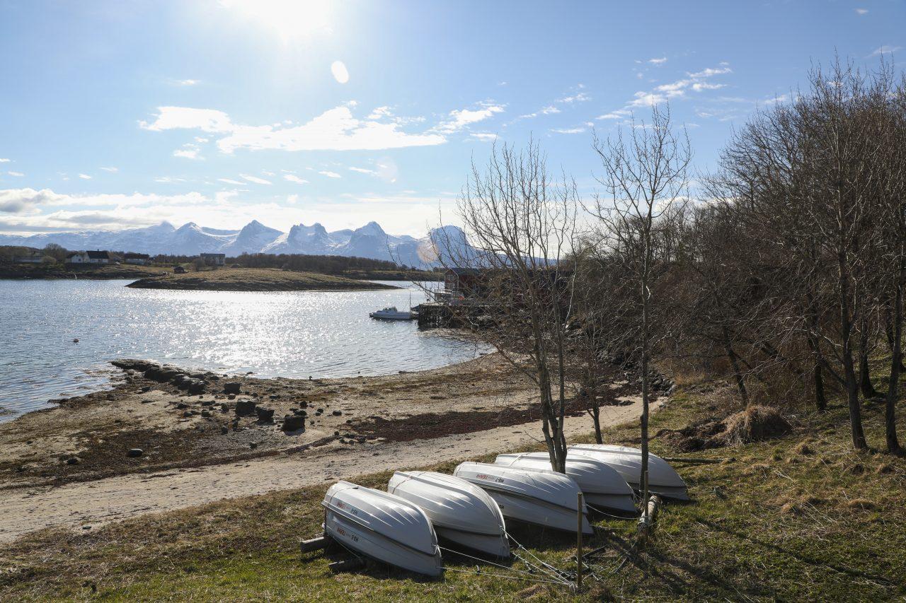 Herøy bygdesamling, med Syv Søstre i bakgrunn.