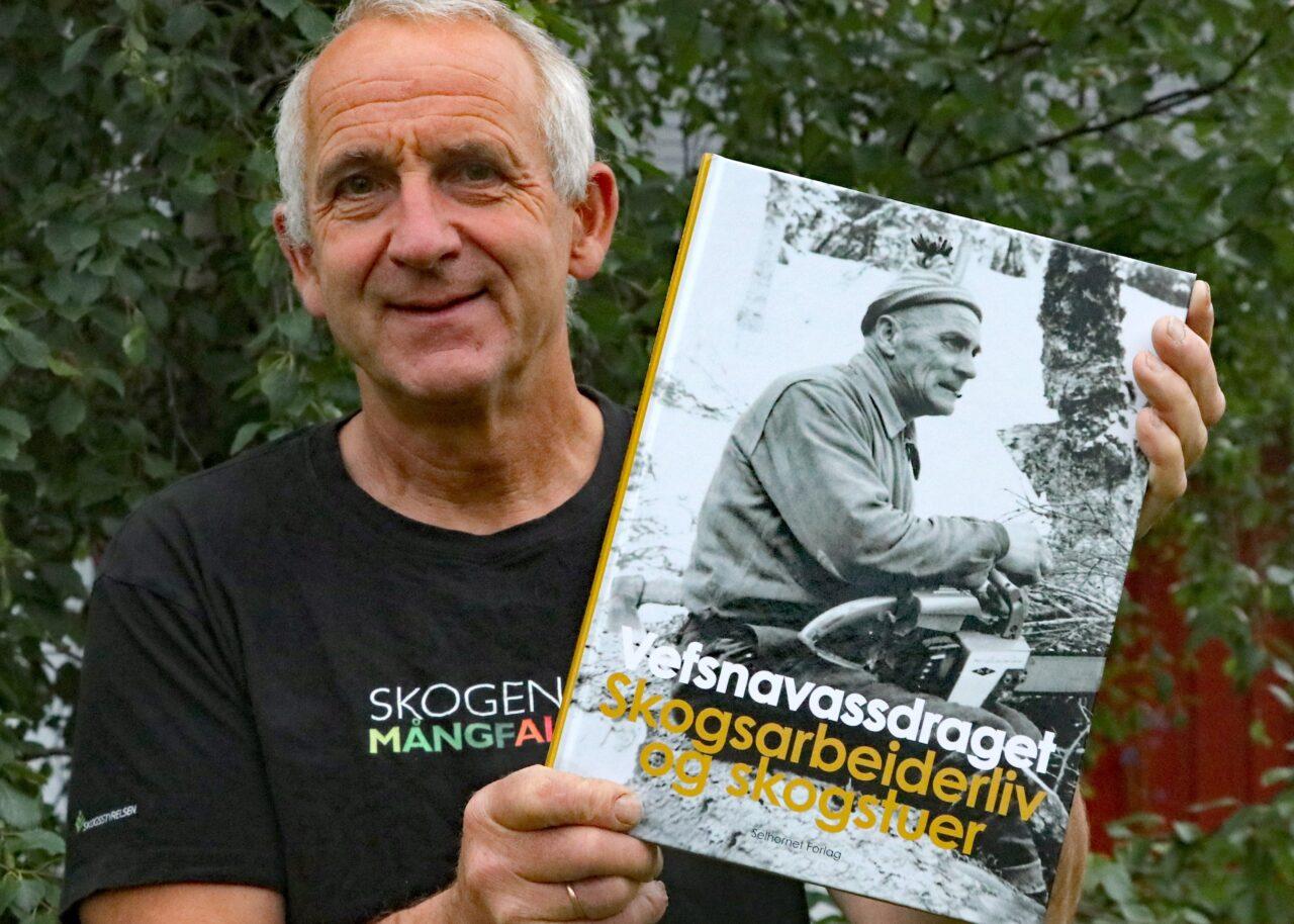 Are Halse med boka Vefsnavassdraget - 100 år med tømmerfløting